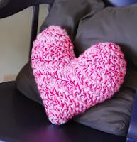 http://translate.google.es/translate?hl=es&sl=en&tl=es&u=http%3A%2F%2Fwww.monmakesthings.com%2F2013%2F02%2Fcrochet-heart-pillow.html