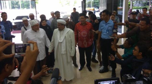 Ditemani Fahri Hamzah, Habib Rizieq Datang ke Gedung DPR
