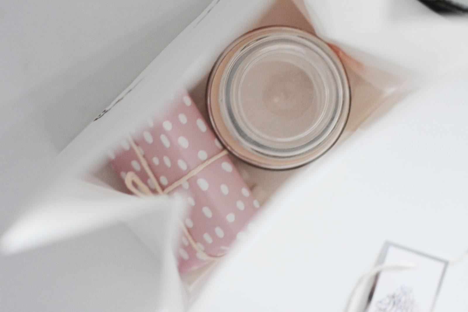 papier do prezentów pastelowy w kropki, świeczka, torebka ikea