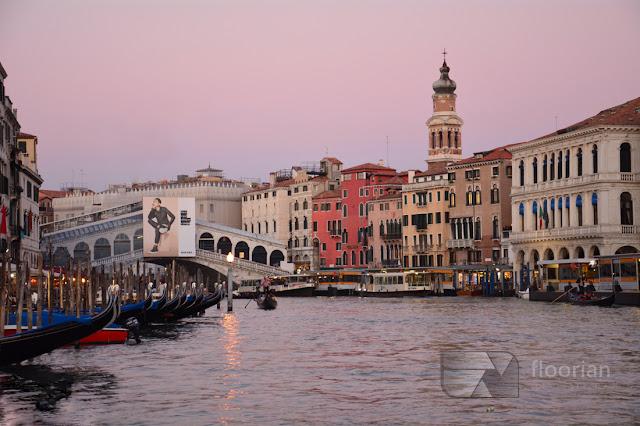 Most Ponte di Rialto - największy most nad Canal Grande i gondole w Wenecji - największa atrakcja turystyczna w Wenecji