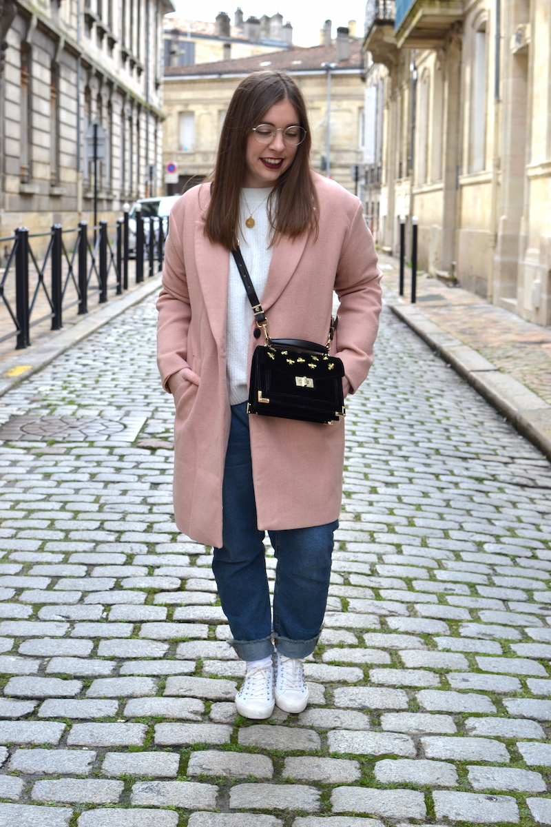 manteau rose Pull and Bear, tennis à clou Pull and Bear, jean Pull and Bear, sac Emily velours The Kooples, pull blanc H&M