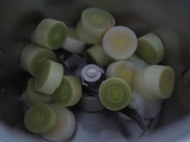 Rodajas de puerro dentro de un vaso de Thermomix