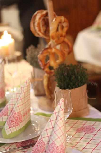 Hüttenbrotzeit, Monaco di Bavaria wine shades and wood grains, Hochzeitsmotto, heiraten 2017 im Riessersee Hotel Garmisch-Partenkirchen, Bayern, wedding venue, dunkelrot, dunkelgrün, Weinthema