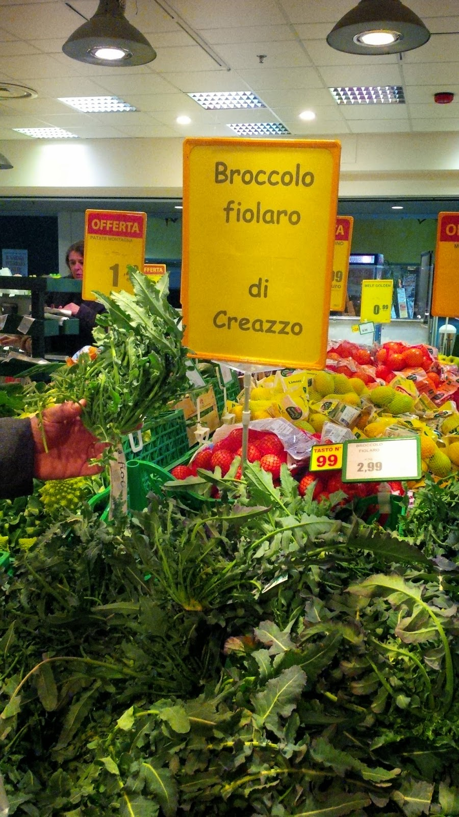 Buying a broccolo fiolaro in our local supermarket in Vicenza