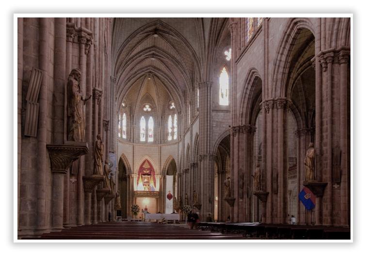 Dentro de la Basílica del Voto Nacional - Quito - Ecuador - SuperPhotoPro