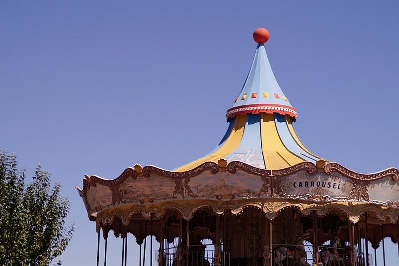 Karusell auf Barcelonas Hausberg Tibidabo im Sommer vor blauem Himmel in Spanien