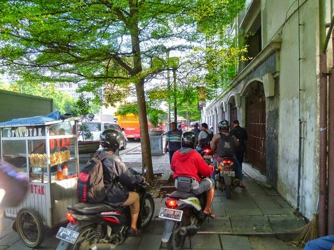 Motos en una acera de Yakarta