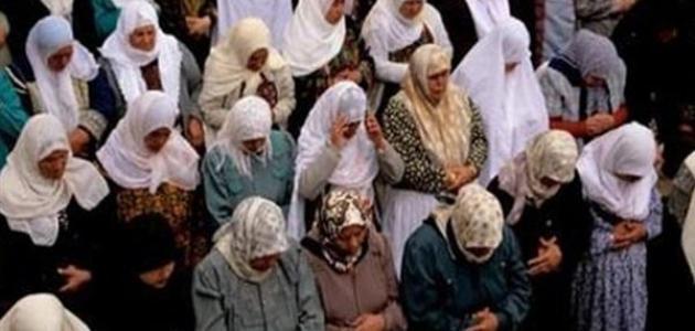 حكم تغطية المرأة للكفين والقدمين في الصلاة؟