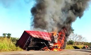 Carreta é inteiramente consumida por fogo na BR-316 no Maranhão