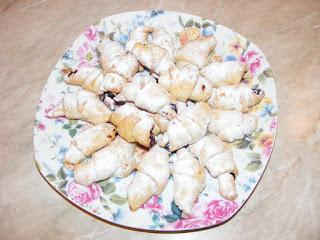 retete dulciuri si deserturi de casa reteta cornulete cu nuca si gem,