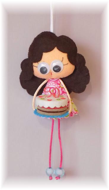 Pequechña, broche de fieltro, broche en fieltro, colgante de fieltro, cumpleaños, muñeca de fieltro, muñeca en fieltro, tarta de fieltro, 50 años