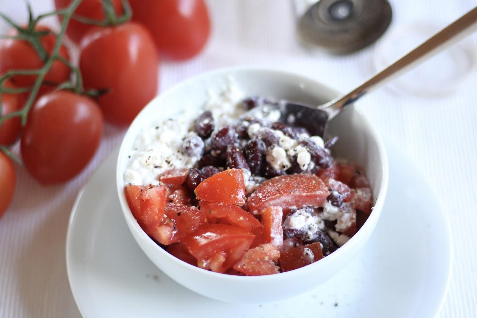 Schnelle Protein-Schale: Kidneybohnen, Tomaten, Hüttenkäse und etwas Pfeffer und Salz!