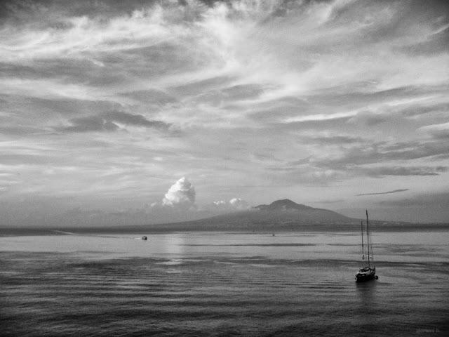 Fotografia in bianco e nero del Golfo di Napoli e del Vesuvio