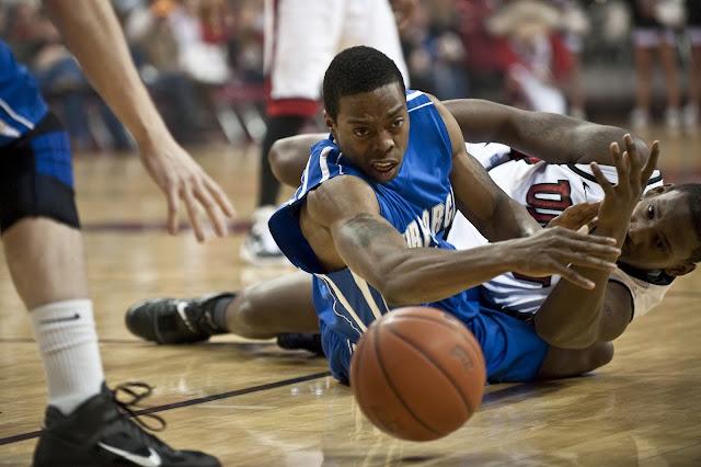 negros son mejores atletas que los blancos - negros jugando baskebol