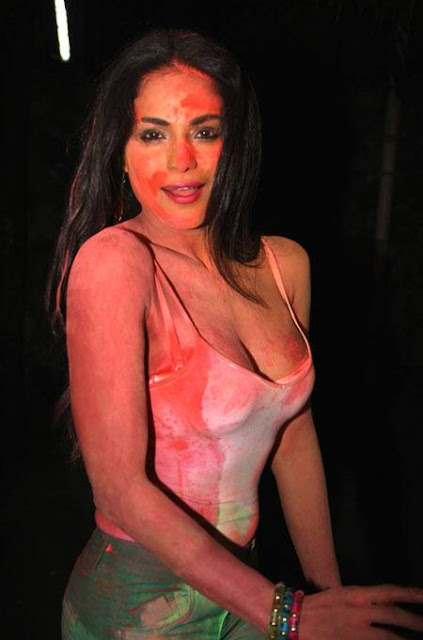 Bollywood pakistan actress  Veena Malik s celebrates Playing Holi Showing Colorful Cleavage hottest pictures