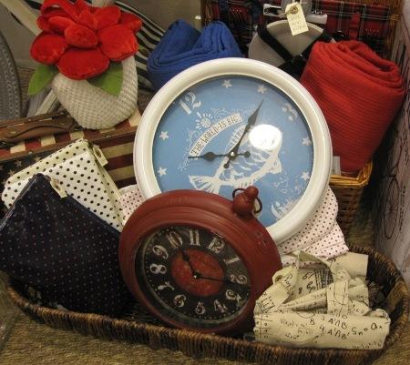 Relojes redondos de pared y cesta de picnic