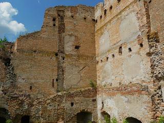Клевань. Замок Чарторийських. Середньовічні мури з бійницями