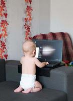 Lustiges Baby surft im Internet - Witzige Kinderbilder