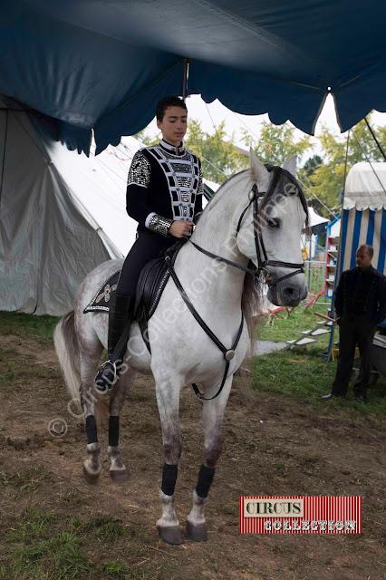 Yvan Frederic Knie fier cavalier sur sa monture prêt a entrer en piste
