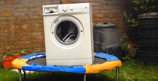 É nisso que dá juntar uma máquina de lavar, um bloco, uma cama elástica...