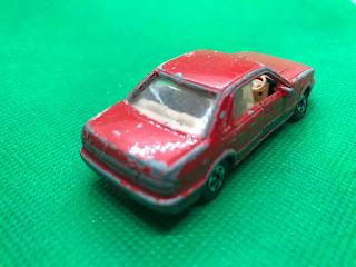 日産 ブルーバード のおんぼろミニカーを斜め後ろから撮影