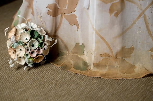abito da sposa dipinto a mano e bouquet di fiori di carta tinte pastello