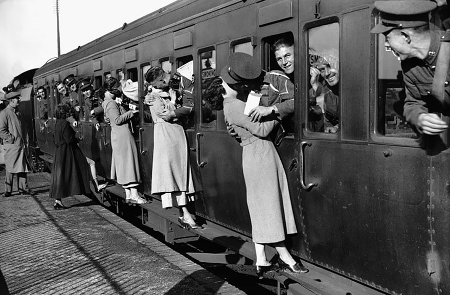 60 + 1 Heart-Warming Historical Pictures That Illustrate Love During War - Soldiers Departing For Egypt Lean Out Of Their Windows To Kiss Their Loved Ones Goodbye, 1935