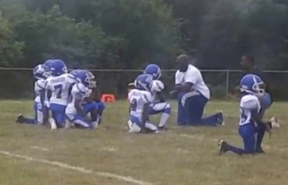 8-year-old Cahokia football team kneels during anthem ahead of recent game