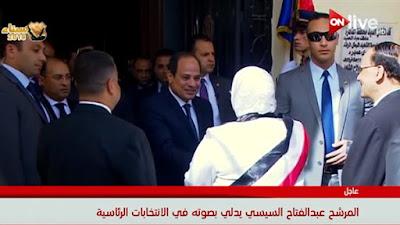 السيسي يصافح بعض المواطنين عقب الإدلاء بصوته