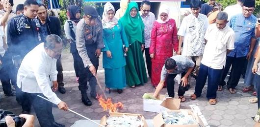 8005 Keping KTP Rusak dan Invalid Dibakar di Padang