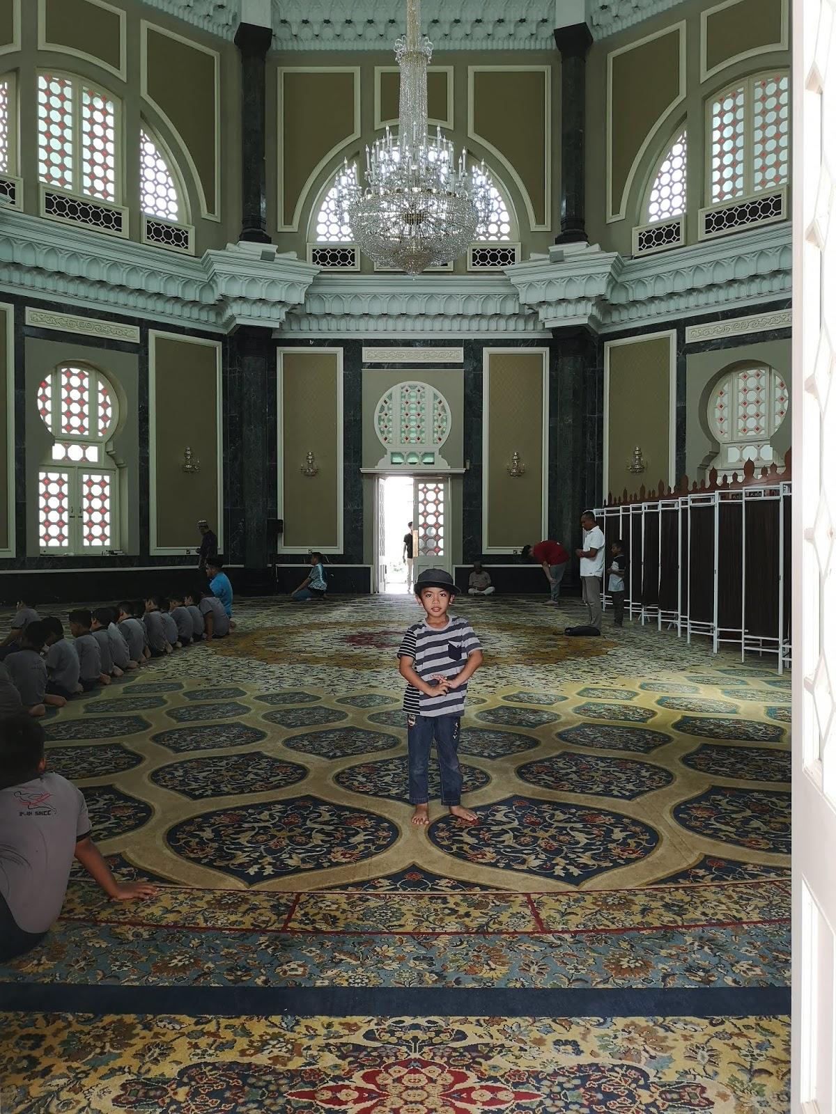 Ruang dalam Masjid Ubudiah