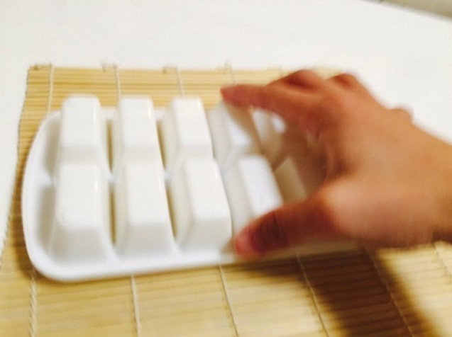 Yuk Bikin Sushi Rumahan!! Inilah Cara Mudah Membuat Sushi menggunakan Cetakan Es batu!