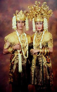 http://www.jatikom.com/2015/12/gambar-pakaian-adat-di-indonesia-lengkap.html