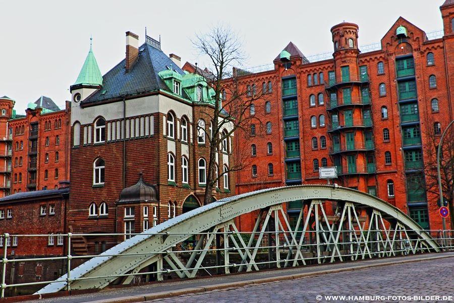 Hamburg Speicherstadt Wasserschloss mit Bruecke