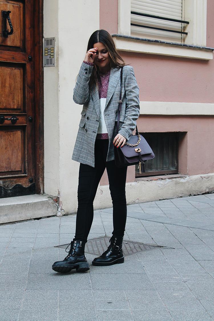 Look con botas militares y blazer de cuadros blog de moda