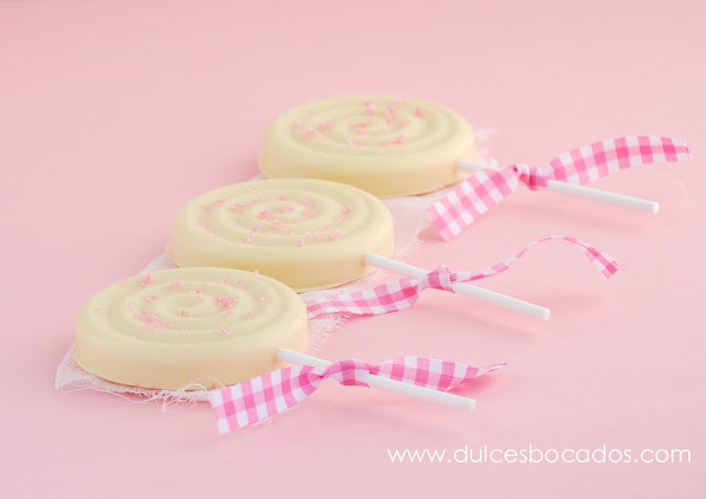 Piruletas de chocolate blanco y galletas rosas