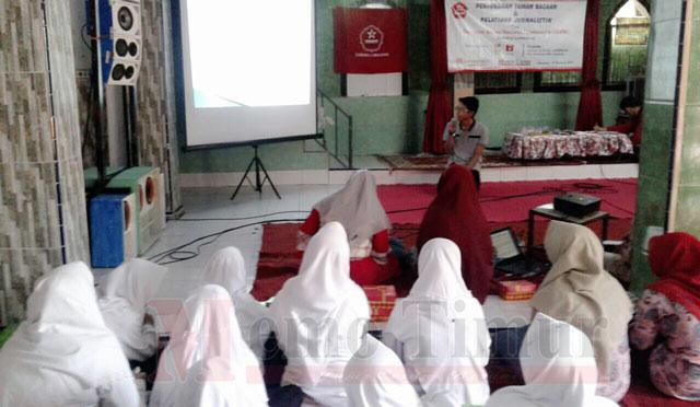 Jurnalis Memo Timur Lumajang memberikan materi kepada peserta pelatihan jurnalistik