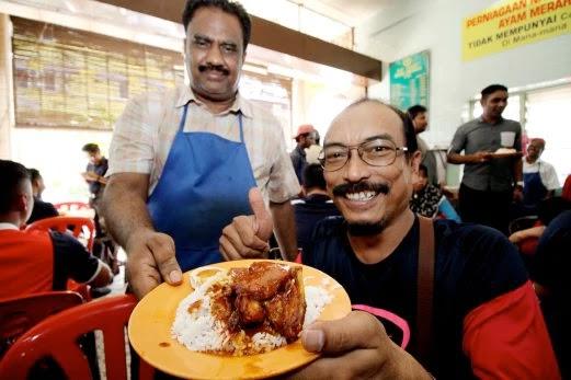 MOHAMMED Nihmathullah Syed Mustafa menghidangkan 'Nasi Ganja' kepada pelanggan, Muhd Zaidi Mood di Kedai Kopi Yong Suan, Ipoh