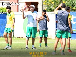 Mauricio Soria dirigiendo una de las prácticas de Oriente Petrolero previo al duelo ante Sport Boys - DaleOoo
