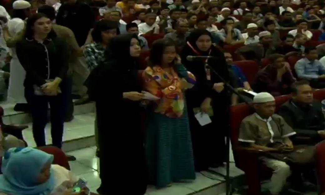 Dapat giliran pertama bertanya, wanita ini masuk Islam di Depan Dr Zakir Naik