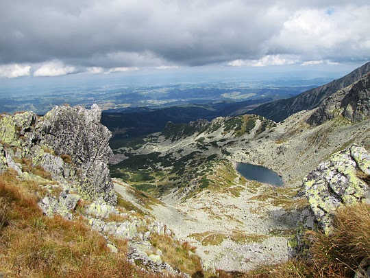 Długi Staw Gąsienicowy (1783 m n.p.m.) w Dolinie Zielonej Gąsienicowej - widok ze Świnickiej Przełęczy.