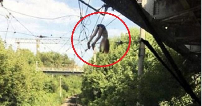 Έμεινε κρεμασμένη σε καλώδια ρεύματος, όταν έπεσε από γέφυρα, προσπαθώντας να βγάλει selfie (βίντεο)