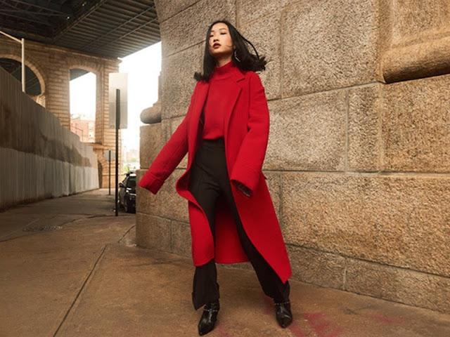 Девушка азиатка в красном пальто и красной водолазке