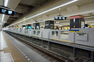 西武池袋駅1番線ホームより見たホームドア