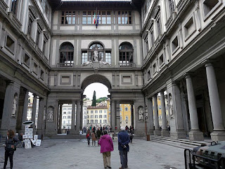 The Piazzale between the two wings of the Uffizi, which links Piazza della Signoria with the Arno river