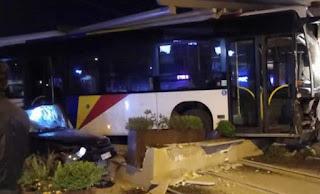 Η στιγμή που λεωφορείο του ΟΑΣΘ καταλήγει σε… καφετέρια