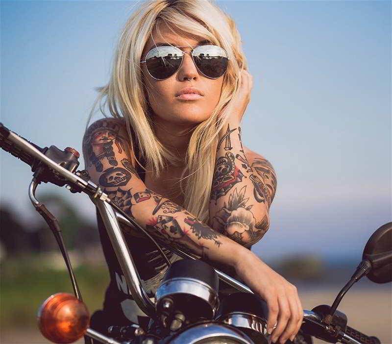foto con mujer tatuada, lleva tatuaje con significado