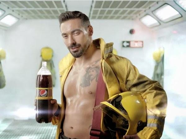 Pepsi convierte a Lavezzi en bombero