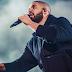 Drake interrompe show irritado para advertir fã homem assediando mulheres