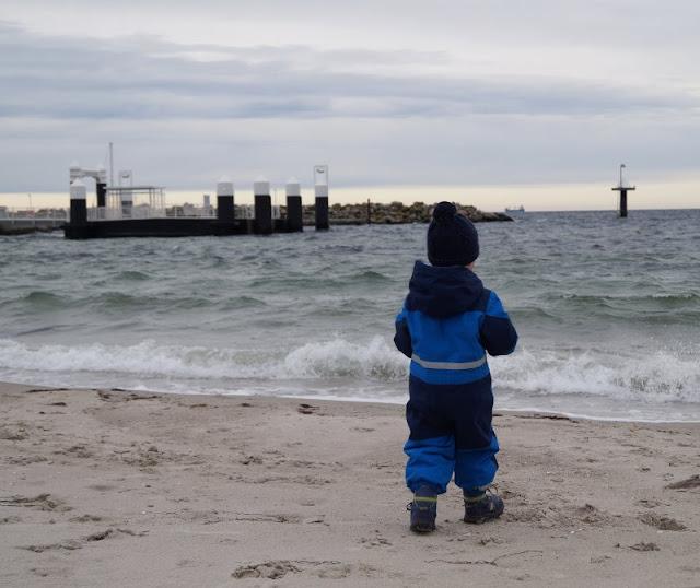 5 Ausflüge mit Kindern in Kiel bei Regenwetter. Mit Kindern macht ein Strand-Besuch auch bei schlechtem Wetter Spaß!